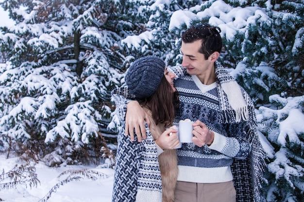 Abraços de casal na floresta de inverno Foto Premium