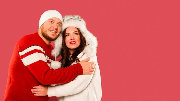 Abraços de modelos de natal com espaço de cópia Foto gratuita