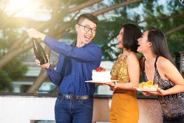 Abrindo a garrafa de champanhe Foto gratuita