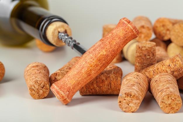 Abrindo a garrafa de vinho com um saca-rolhas close-up Foto Premium