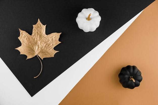 Abstrato da temporada de outono. folhas douradas e abóboras Foto Premium