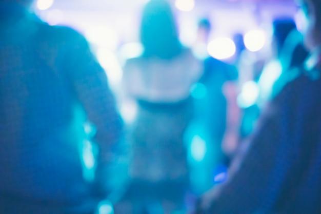 Abstrato embaçado, bebedores estão dançando em uma festa de pub. Foto Premium