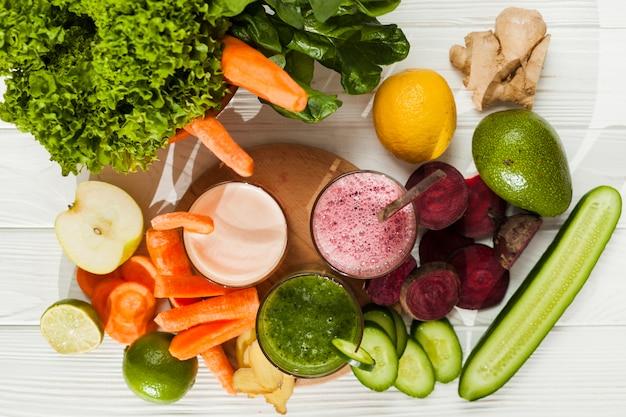 Abundância de frutas e legumes com suco Foto gratuita