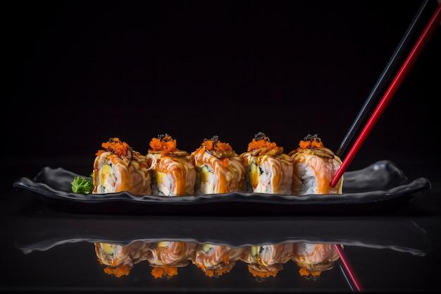 Aburi, rolo de salmão coberto foie gras roll servido no prato longo, estilo de comida japonesa Foto Premium