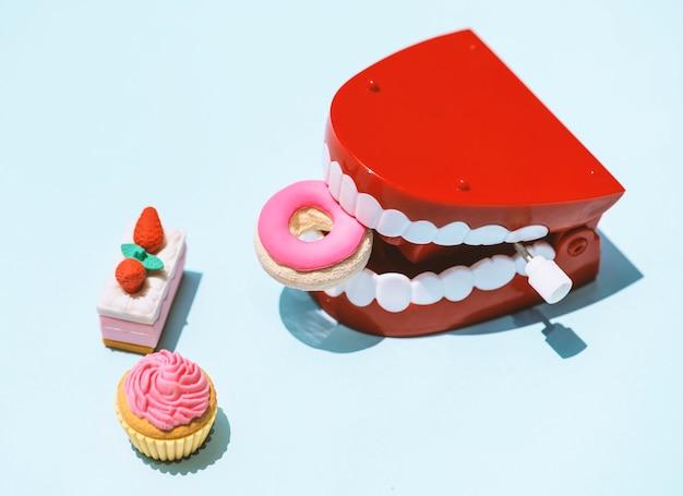 Acabam batendo brinquedo dentes Foto gratuita