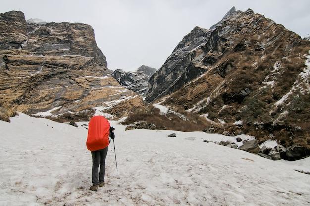 Acampando pessoas frio mochila de caminhada Foto gratuita