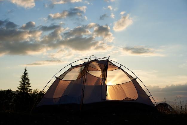 Acampar ao amanhecer Foto Premium