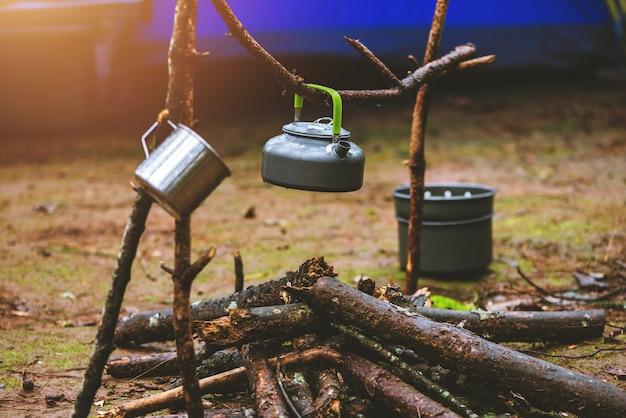 Acampar na montanha na natureza selvagem Foto Premium