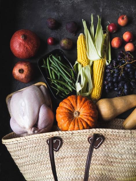 Ação de graças, compras com aves, legumes e frutas cruas. Foto Premium