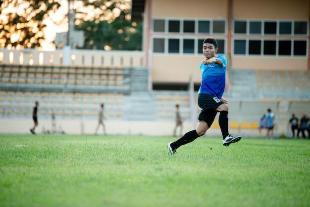 Ação do jogador de futebol no estádio Foto gratuita