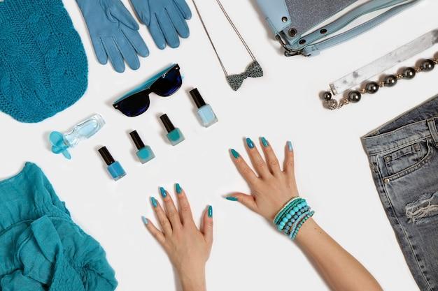Acessórios azuis da moda, cosméticos decorativos e outros itens elegantes em um fundo branco. Foto Premium