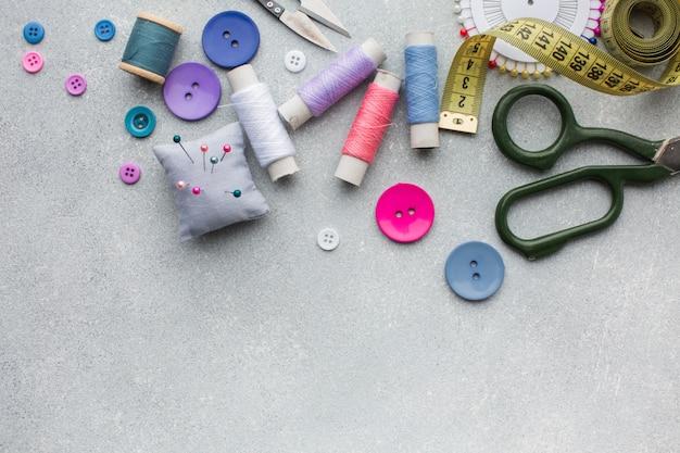 Acessórios coloridos para retrosaria Foto gratuita