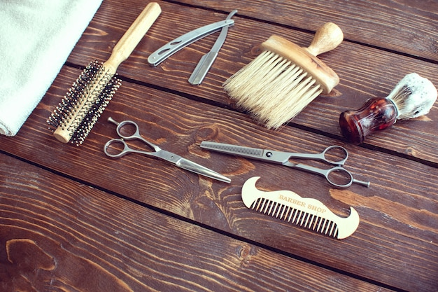 Acessórios de barbearia na mesa de madeira. Foto Premium