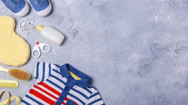 Acessórios de criança pequena ou bebê menino em fundo cinza Foto Premium