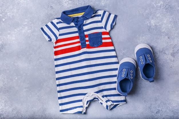 Acessórios de criança pequena ou bebê menino na superfície cinza Foto Premium