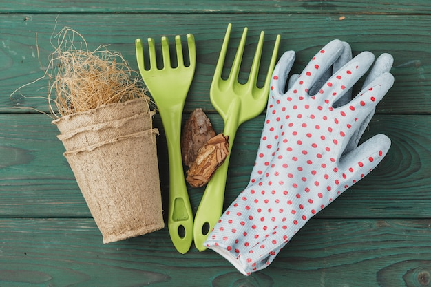 Acessórios de jardinagem em madeira rústica Foto Premium