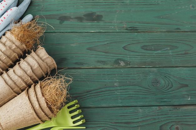 Acessórios de jardinagem em um rústico de madeira Foto Premium