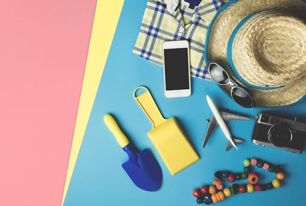 Acessórios de moda infantil e praia flatlay para o tema das férias de verão Foto Premium