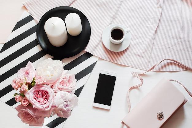 Acessórios de moda mulher, smartphone mock up, buquê de rosas e pions, saco de embreagem Foto Premium