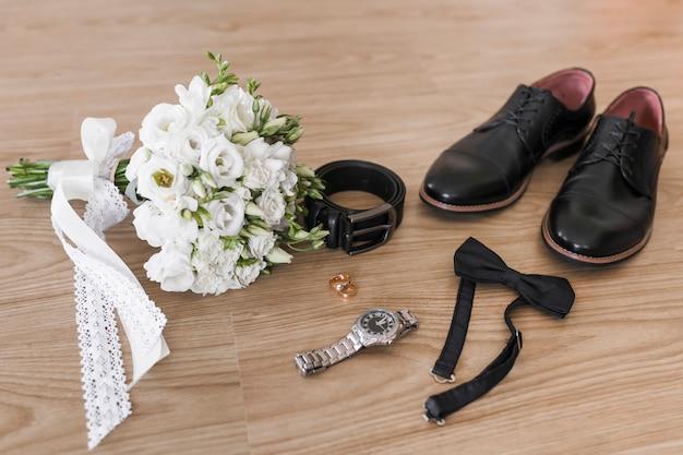 Acessórios de noiva e vassoura Foto gratuita
