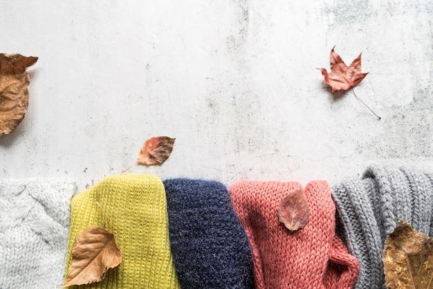 Acessórios de outono e folhas na superfície surrada Foto gratuita