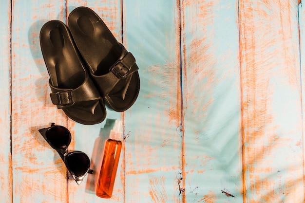 Acessórios de praia na placa de madeira Foto gratuita