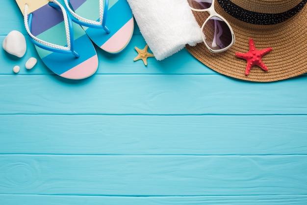 Acessórios de praia plana leigos com espaço de cópia Foto gratuita