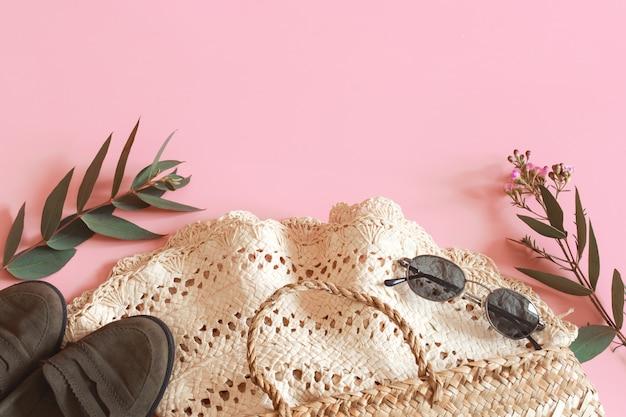 Acessórios de primavera e roupas em uma parede rosa Foto Premium
