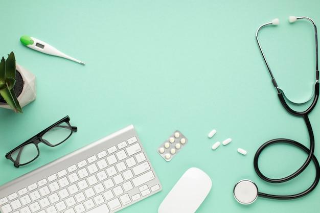 Acessórios de saúde com dispositivos modernos sobre fundo verde Foto gratuita