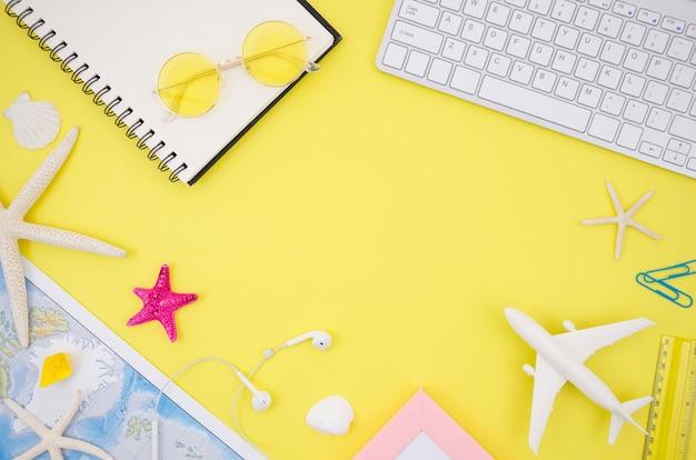 Acessórios de viagem com fundo amarelo Foto gratuita