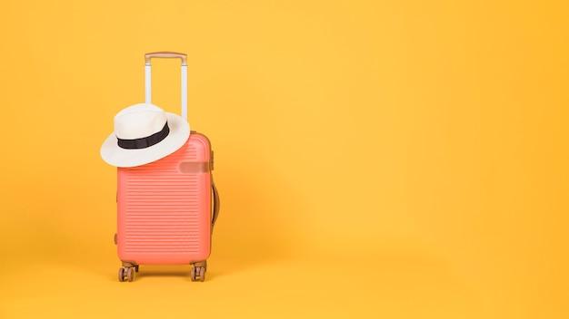 Acessórios de viagem em fundo amarelo Foto gratuita