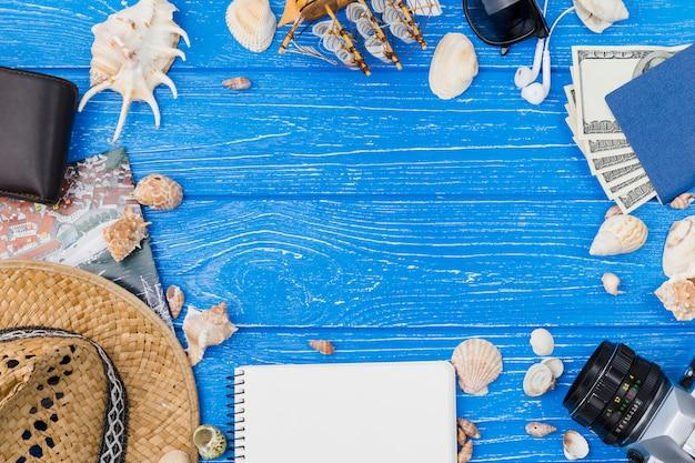 Acessórios diferentes entre conchas e dinheiro Foto gratuita