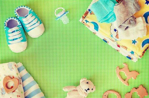 Acessórios do bebê para recém-nascidos em um fundo colorido. Foto Premium