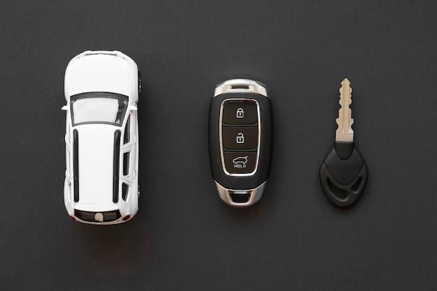 Acessórios do carro na mesa Foto gratuita