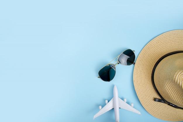 Acessórios e objetos de viagem de verão em um espaço azul de cópia de fundo. Foto Premium
