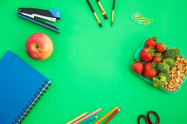 Acessórios escolares com lancheira Foto gratuita
