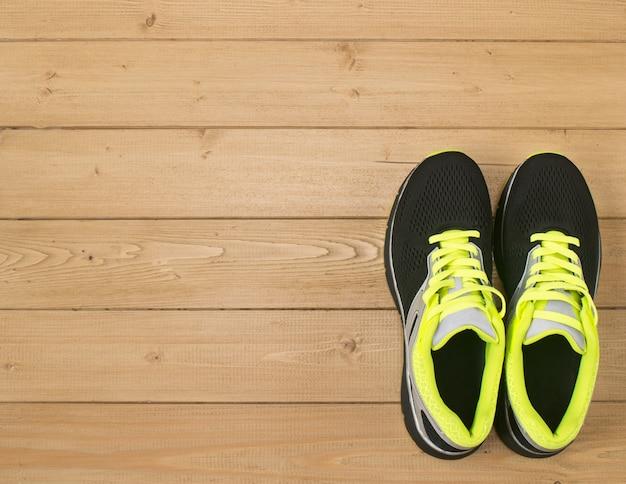 Acessórios esportivos para fitness no chão de madeira. Foto Premium