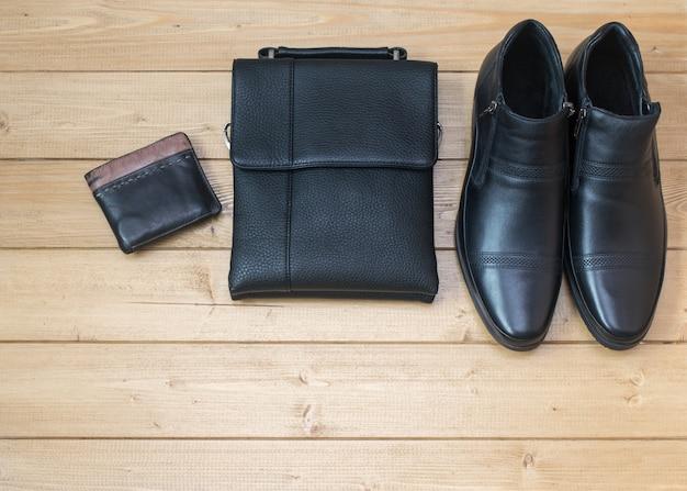Acessórios masculinos elegantes no chão de madeira. Foto Premium