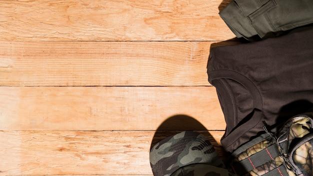 Acessórios masculinos na mesa de madeira Foto gratuita