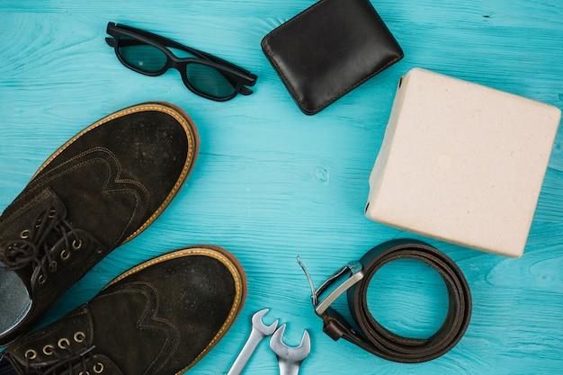 Acessórios masculinos perto de caixa e sapatos Foto gratuita