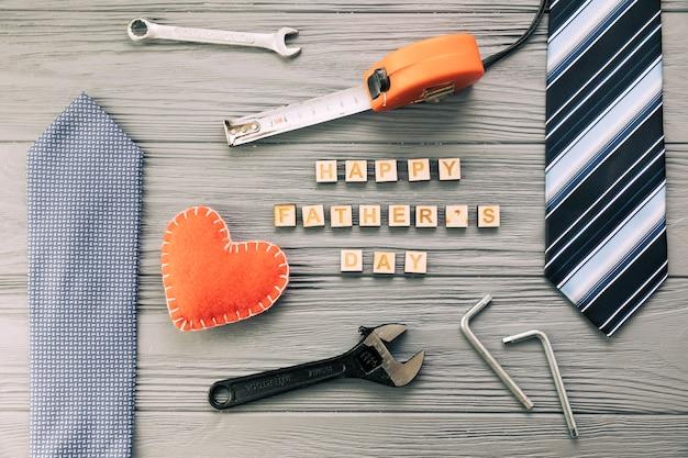 Acessórios masculinos, perto, instrumentos, e, feliz, pais, dia, palavras, com, coração Foto gratuita