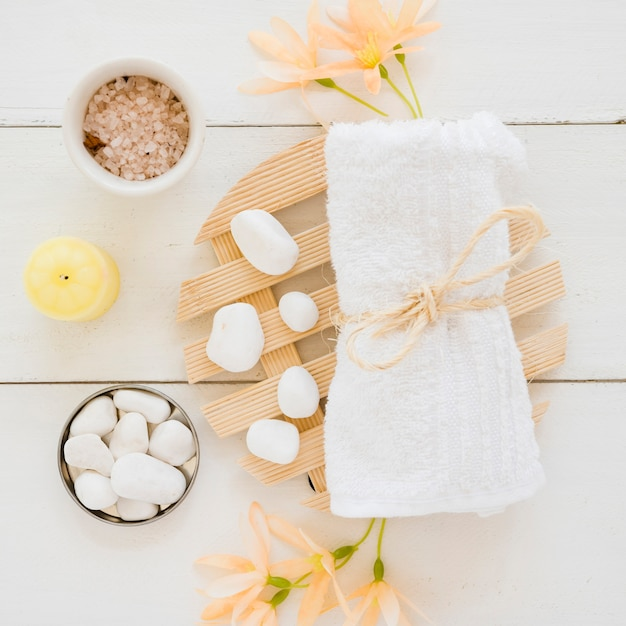 Acessórios médicos de spa na mesa Foto gratuita