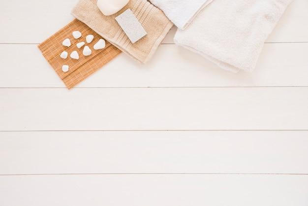 Acessórios para banho perto de pedras de spa Foto gratuita