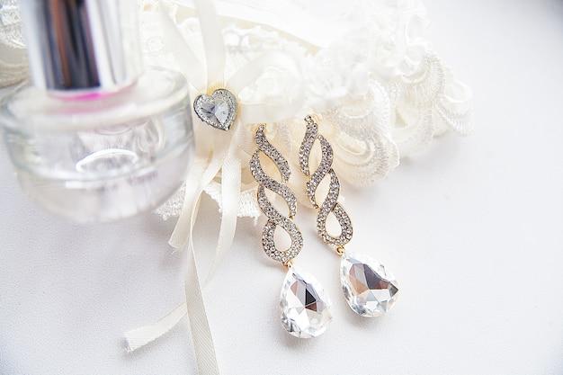 Acessórios para casamento, perfumes e brincos Foto Premium