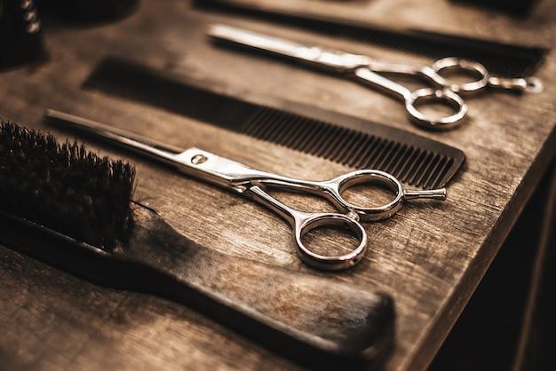 Acessórios para cortes de cabelo estão na prateleira de um salão de beleza Foto Premium