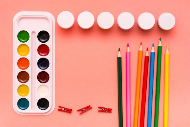 Acessórios para desenhar lápis, aquarela e guache no vermelho Foto Premium