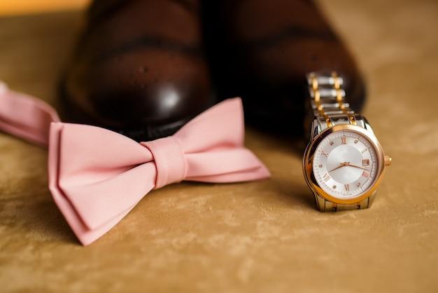 Acessórios para homens, sapatos, relógios e gravata. Foto Premium