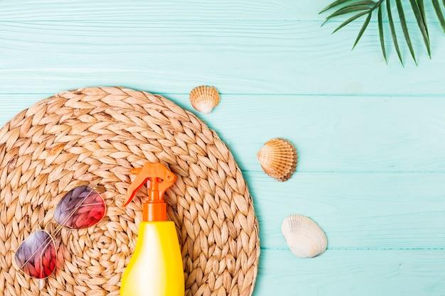 Acessórios para lazer de praia e pequenas conchas Foto gratuita