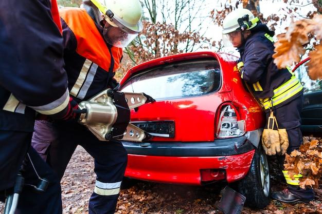 Acidente, corpo de bombeiros resgata vítima de acidente de carro Foto Premium