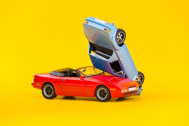 Acidente de carro acidente cena transporte e conceito de acidente isolado em amarelo Foto Premium